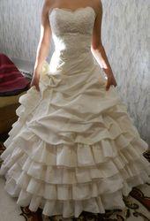 Красивое свадебное платье кремового цвета
