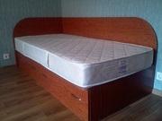 широкая кровать с глубокими выдвижными ящиками